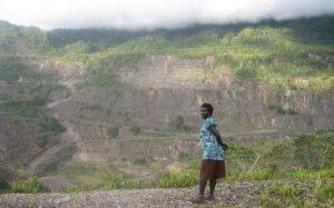 Seorang wanita berdiri di lahan tambang tembaga, Panguna. /RNZI