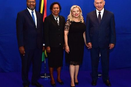 Prime Minister Charlot Salwai, his Israeli counterpart Benjamin Netanyahu (r) and their respective spouses — Mrs. Justine Salwai and Mrs. Sara Netanyahu
