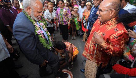 Gubernur Provinsi Madang, Papua New Guinea (PNG), Peter Yama bersama rombongan