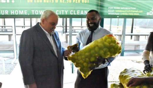 ort Moresby South MP Justin Tkatchenko purchasing the first bag of betelnut from Bougainville Regional MP Tsiamalili Jnr to officially open the betelnut wholesale in his electorate. Photo: Charlie Dumavi/PNG Bulletin